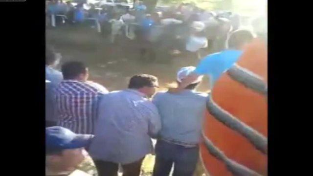 In Messico uno scommettitore esulta per la vittoria e viene travolto da un cavallo