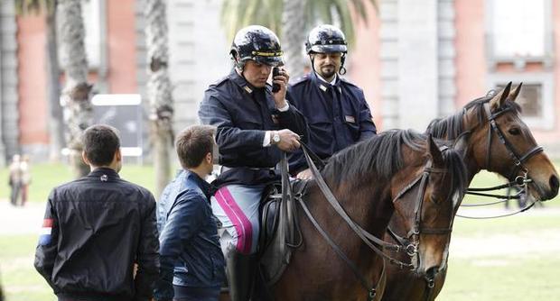 Spostamento Della Polizia A Cavallo Da Napoli