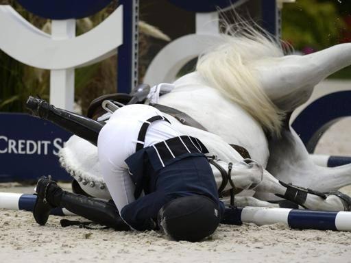 Athina Onassis cade da cavallo
