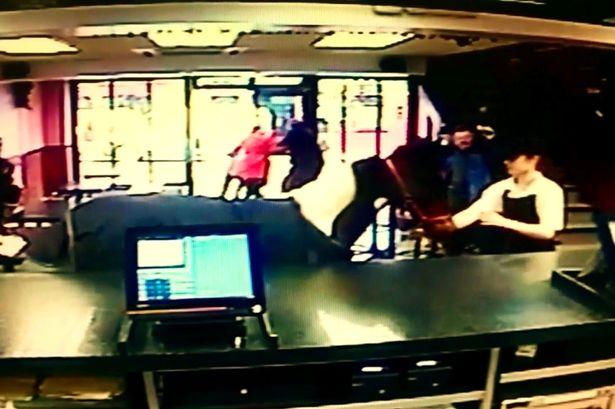 Cavallo entra in un ristorante in Irlanda