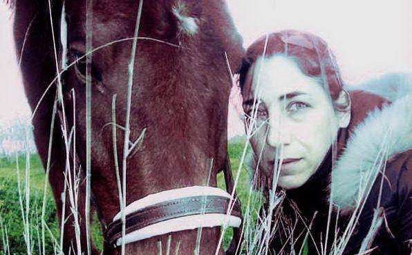 Una donna scrive un necrologio di una pagina per il suo amato cavallo