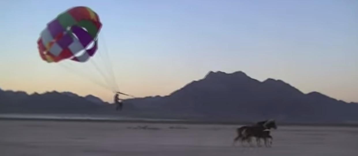 Un uomo fa paracadutismo equestre