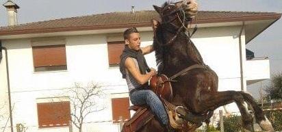 Diciannovenne in prognosi riservata per il calcio di un cavallo