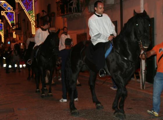 Viola gli arresti domiciliare per far abituare il cavallo al percorso della processione
