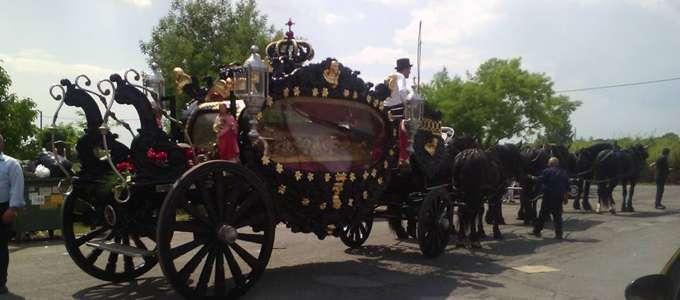 """Cavalli, carrozza nera e banda musicale per il corteo funebre della """"Regina"""" dei rom di Tivoli"""
