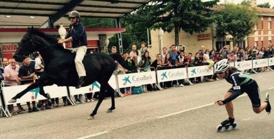 Pattinatrice sfida un cavallo da corsa